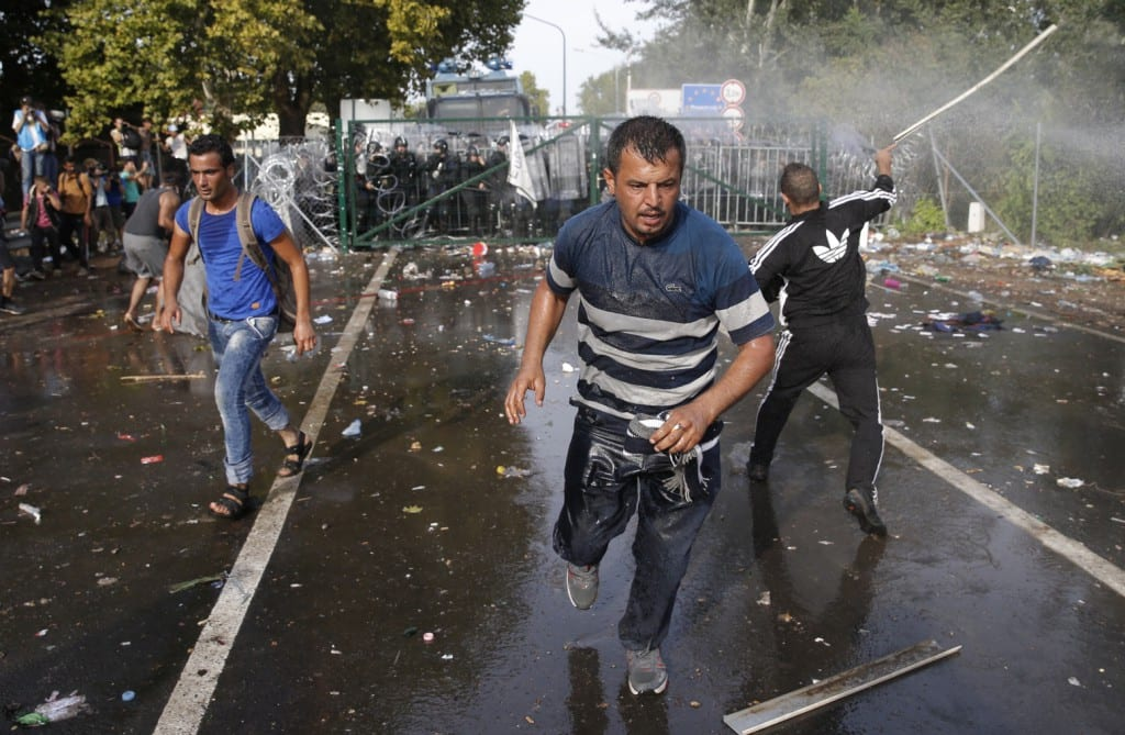 HORGOŠ: MAĐARSKA POLICIJA NA IZBEGLICE VODENIM TOPOVIMA I SUZAVCEM