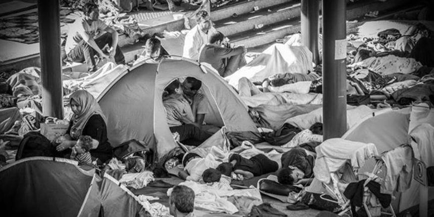 FOTOGRAFIJA KOJA GOVORI VIŠE OD TISUĆU RIJEČI: UNATOČ KAOSU OVAJ PAR IZBJEGLICA PRONAŠAO JE VREMENA ZA LJUBAV