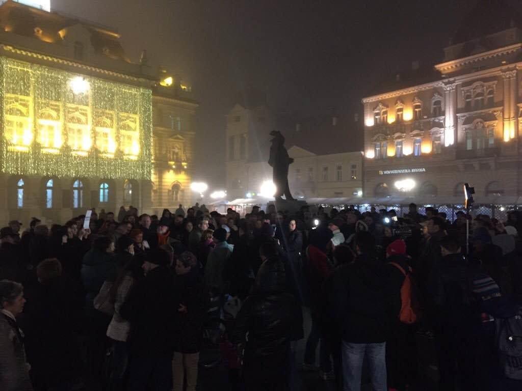 """VEČERAS PROTEST NOVINARA I GRAĐANA """"NOVINARI NE KLEČE"""""""