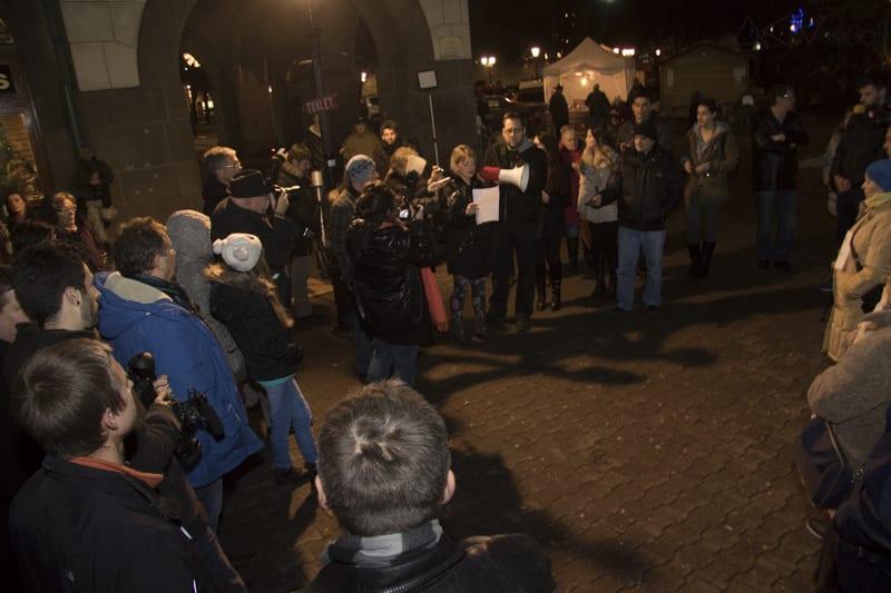"""PROTEST """"NOVINARI NE KLEČE"""" SUBOTIČANI OBOGATILI PERFORMANSOM: GRAĐANI AKLAMACIJOM PODRŽALI NOVINARE"""