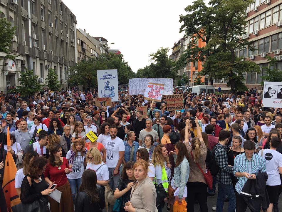 VIŠE HILJADA GRAĐANA NA PROTESTU ZBOG SMENA NA RTV