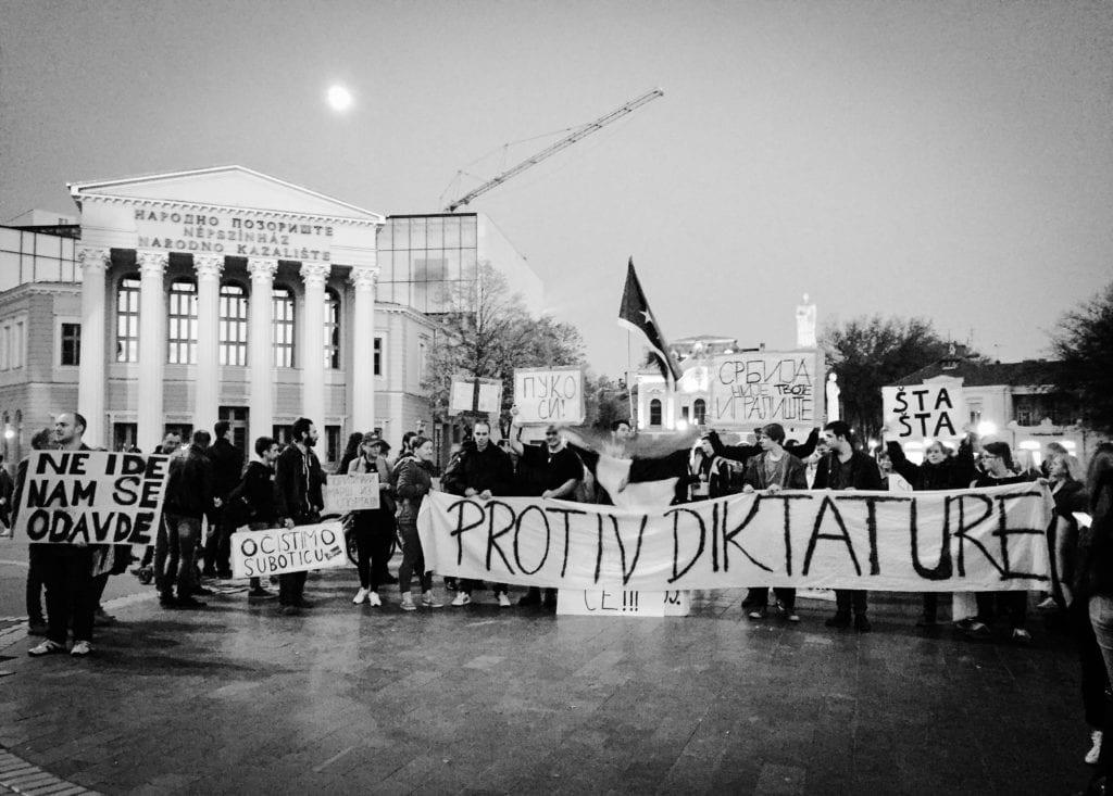 PROTEST MLADIH U SUBOTICI: DEMONSTRANTE GAĐALI JAJIMA SA TERASE