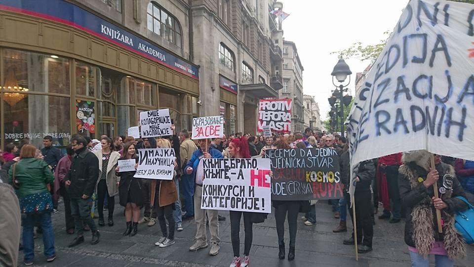 UČESNICI PROTESTA ISPRED ZGRADE RTS-A EMITOVALI SVOJ DNEVNIK