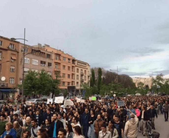 PROTESTI U NOVOM SADU POMERENI, PRIDRUŽUJU SE PROTESTU U BEOGRADU ZA 1. MAJ