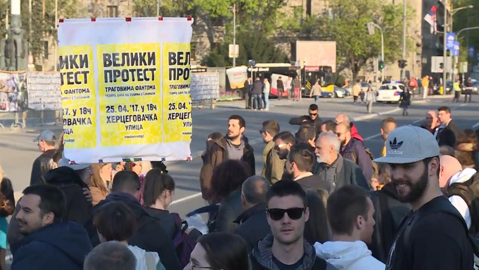 PEGLANJE GLASAČKIH LISTIĆA NA PROTESTU PROTIV DIKTATURE