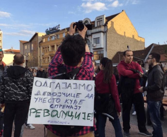 NOVI SAD: UVEĆAVA SE BROJ LJUDI NA PROTESTIMA PROTIV DIKTATURE