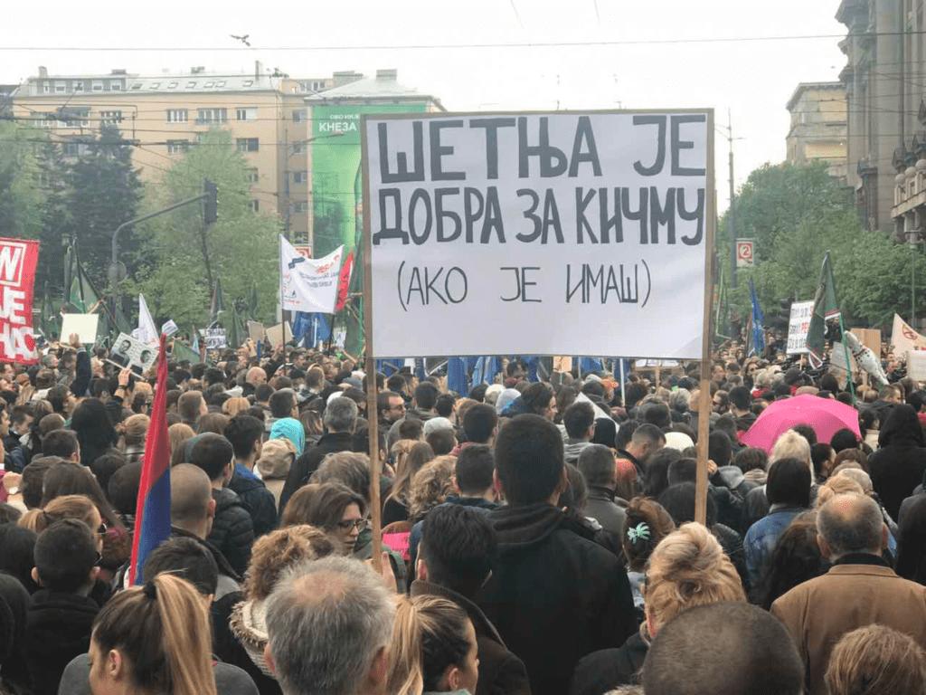 UČESNICI PROTESTA PROTIV DIKTATURE GAĐALI ZGRADU RTS-A TOALET PAPIROM
