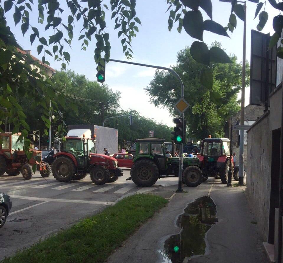 CENTAR GRADA DVA SATA BLOKIRAN U ZNAK PROTESTA ZBOG POSKUPLJENJA GORIVA (VIDEO)