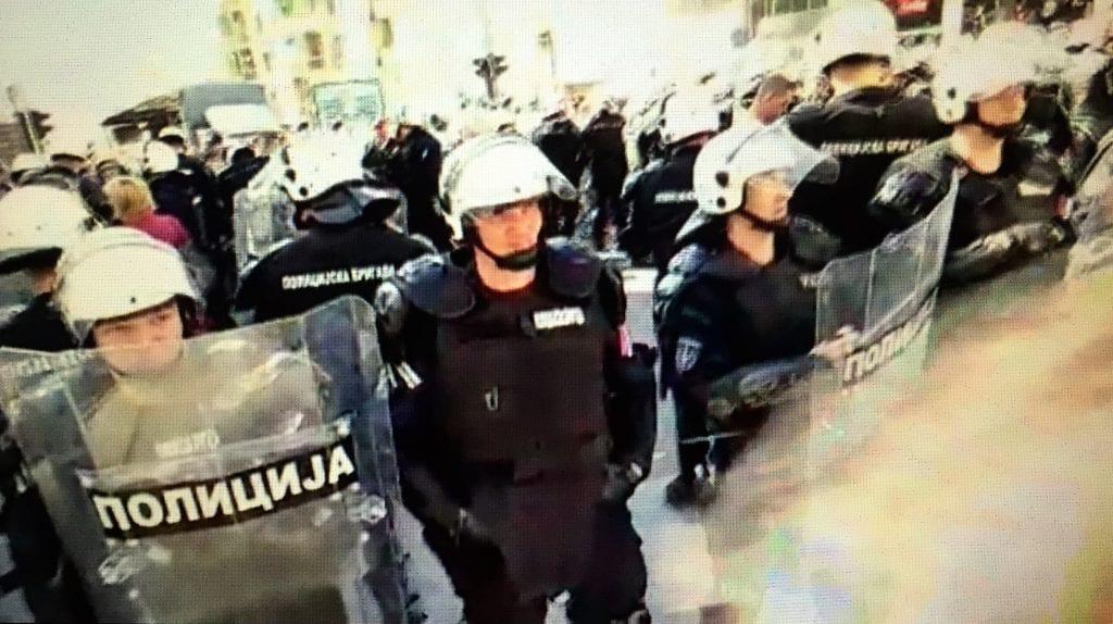 POLICIJA UHAPSILA NEKOLIKO DEMONSTRANATA, POLETELE FLAŠE KA POLICIJI