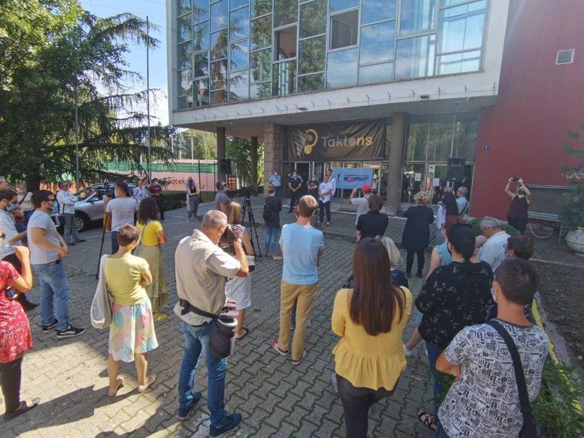 Protest zbog otpuštanja u RTV-u: Rukovodstvo da reši problem ili da podnesu ostavke