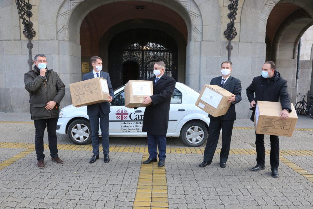 Vlada Mađarske donirala 8.000 zaštitnih maski za zaposlene u subotičkoj lokalnoj samoupravi