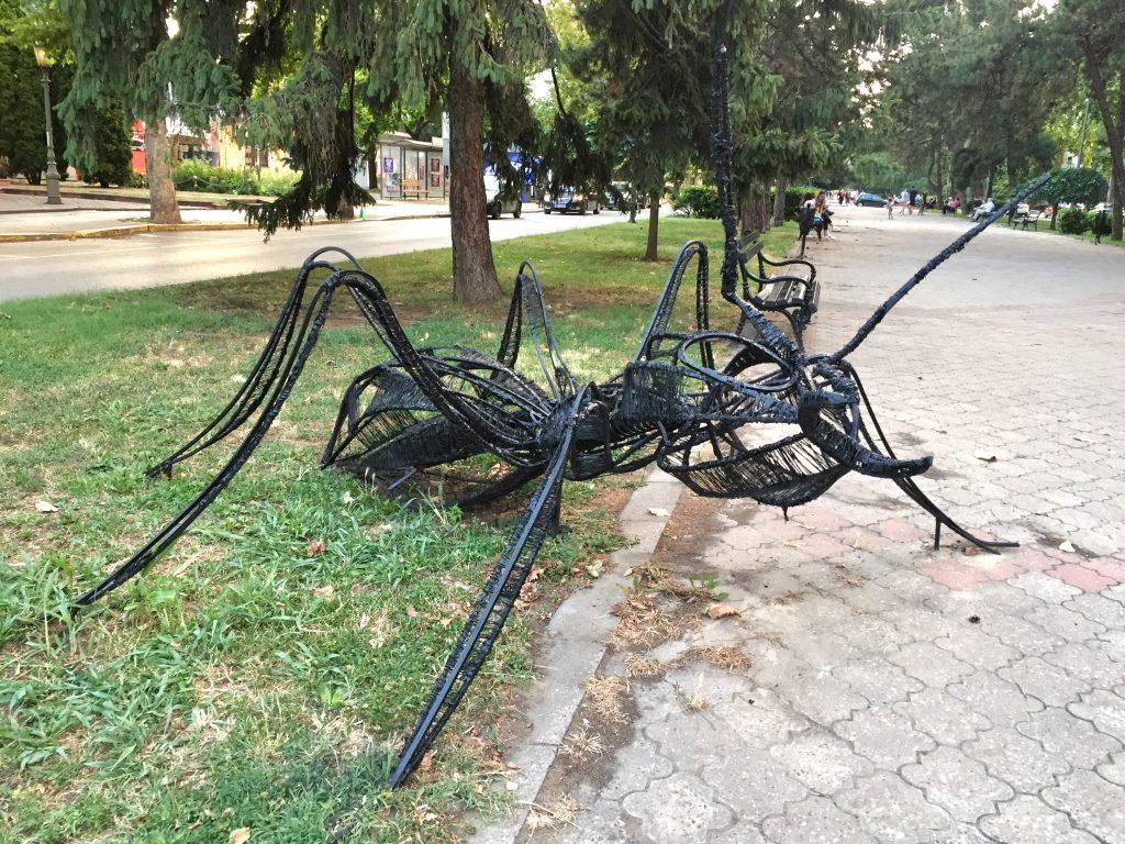 Popravljena i ofarbana skulptura eko mrava na Radijalcu